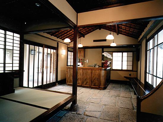 暖簾をくぐった最初の部屋と小上がり、石畳や表がゆらいで見える窓ガラスは戦後まもなく再開した当時のままの姿を残します。
